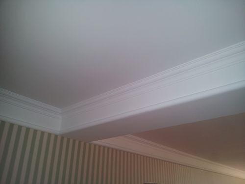 3、油工墙角要垂直,石膏线粘贴必须要双线。