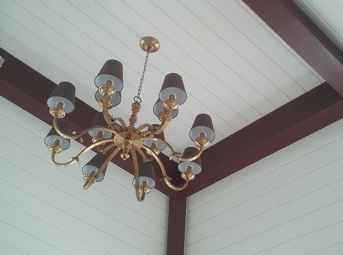 吊顶上尽量少装射灯筒灯