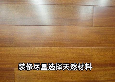 如果经济条件允许,自然典雅的实木家具可以作为首选,以天然树脂装饰的家具也是较好选择。