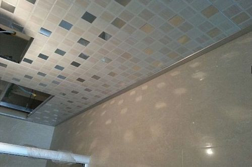 依据材质不同,吊顶可分为石膏板、金属板、玻璃、PVC板等种类,工长帮业主选的金属吊顶,更显厚重感。