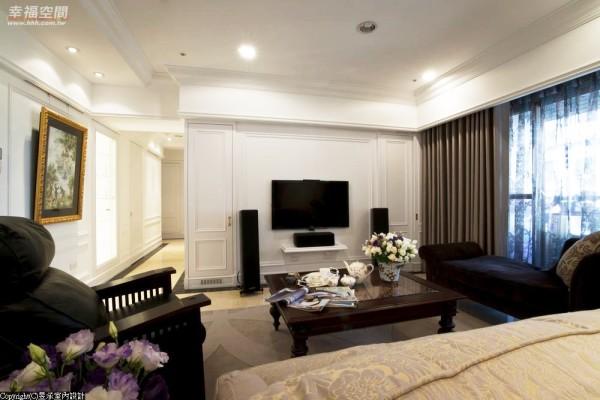 古典中不可或缺的对称元素,在电视主墙两侧段落一者为收纳、一者为电器柜体。