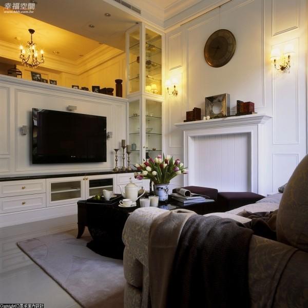 动线设计-迭层式结构中一米落差,昱承设计藉由半高电视墙面置入,分界出客、餐厅空间