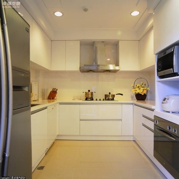 餐厅旁重新施作的厨房,电器设备更新满足了女主人烹调需求。