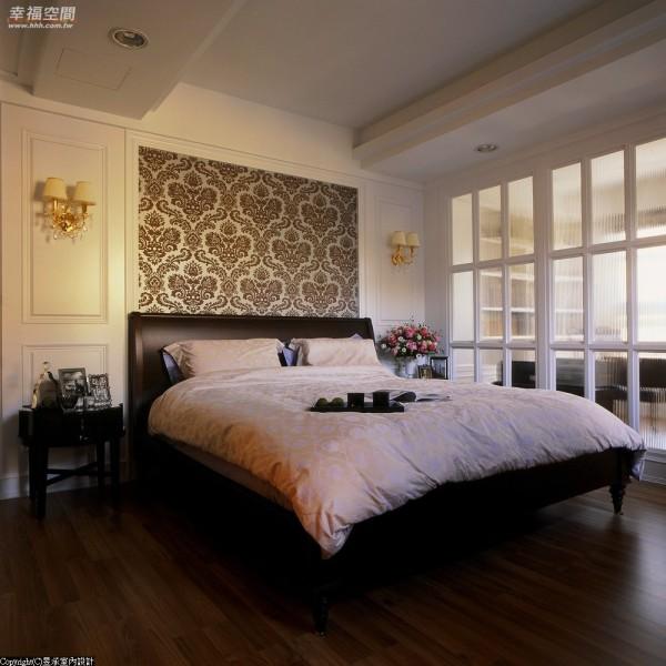 二楼平面原有的两房分配,设计师洪华山透过直纹玻璃的低调蒙眬,整合出书桌与主卧睡眠区块。