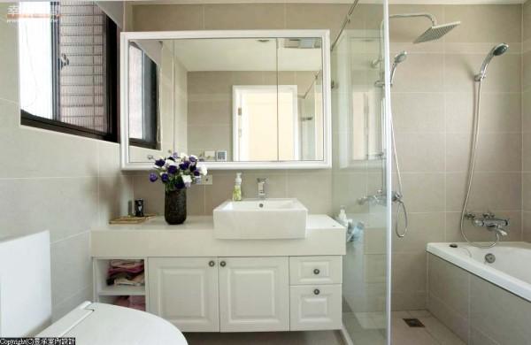 采取镜箱与浴柜完整古典气质中的浪漫语汇。