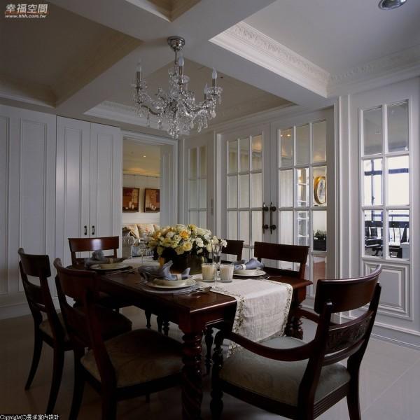 门框为屏辅以两扇推门,书房与餐厅开阖之间表现了古典的经典表情。
