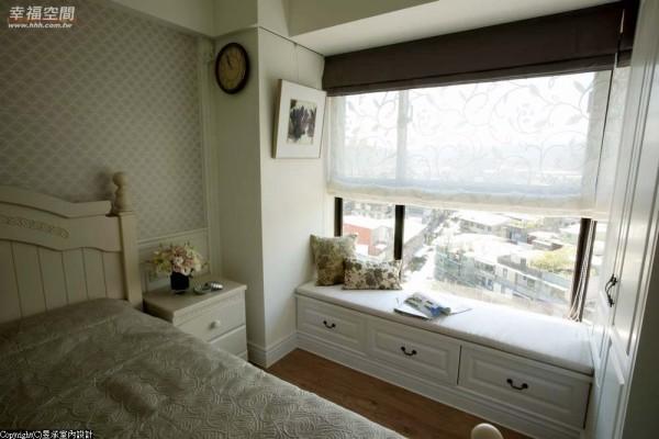 充分利用每一吋空间坪效,轻靠一侧卧榻,细啜一口咖啡,独享漫天美景。