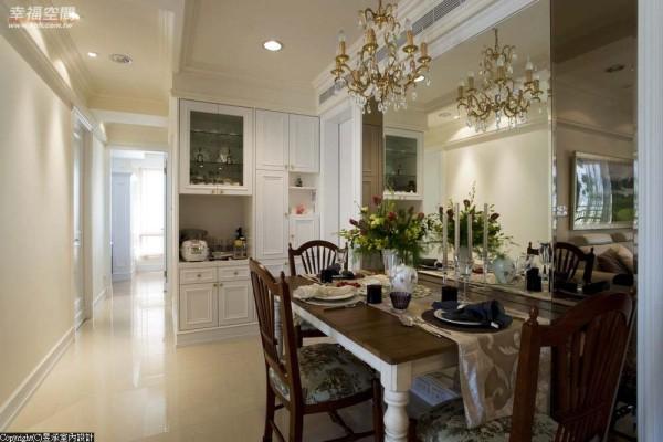 布满在柜面及天花板上的是纯正到位的美式古典语汇。
