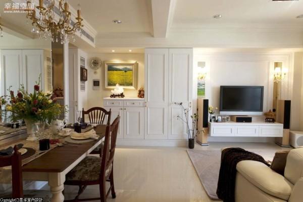 善尽每一吋空间坪效,以沿墙式的动线规划,争取充足的收纳配置。