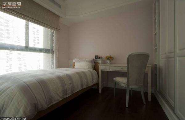 大女儿房与小女儿房几乎是一模一样,除了墙面色彩、窗帘及床单花色的喜好不同外