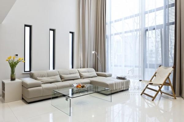 这张图片是客厅的一角,巨大的落地窗显得空间分外的空阔,简单的家具搭配更显业主简约不简单的心情!