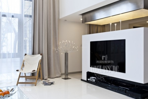 这张实景图片是客厅中电视背景墙的一个特写,采用了一些后现代的设计元素,科技感十足,却又温馨自然。
