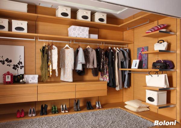 卧室内开放式衣柜功能齐全,还可放些小物品或自己喜欢的东西。
