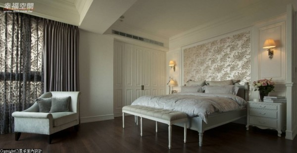 创造空间的景深,同时遮挡侧面窗景的光线,营造宁谧不受干扰的卧室氛围。