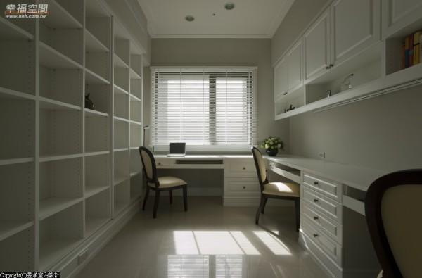 书房以白色系柜家具为主,双层式收纳设计,藏书再多也不须担心。
