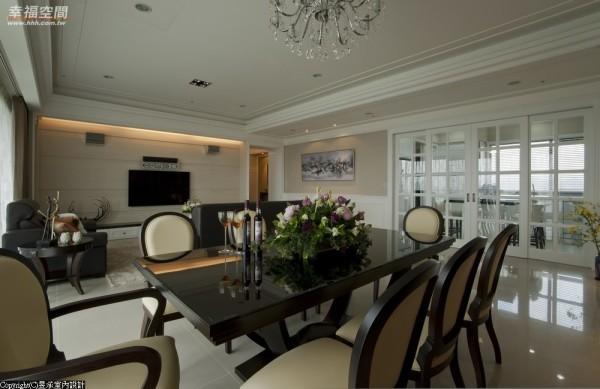 客厅电视主墙以新米黄大理石拼贴展现出空间的质感与气势。