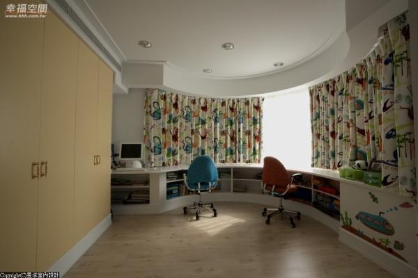 伴随圆弧形窗台规划的弧形半腰书柜兼书桌,成为孩子房的学习、成长和游戏的自在空间。