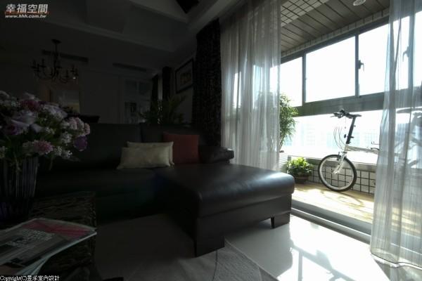 客厅阳台新作的铝窗强调大面采光,地坪铺设南方松木地板,只需妆点绿色植栽,即成居家休闲喘息的小天地。