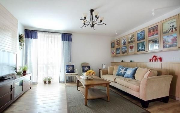 米黄色的沙发加上两个蓝色靠垫会有色彩跳跃感