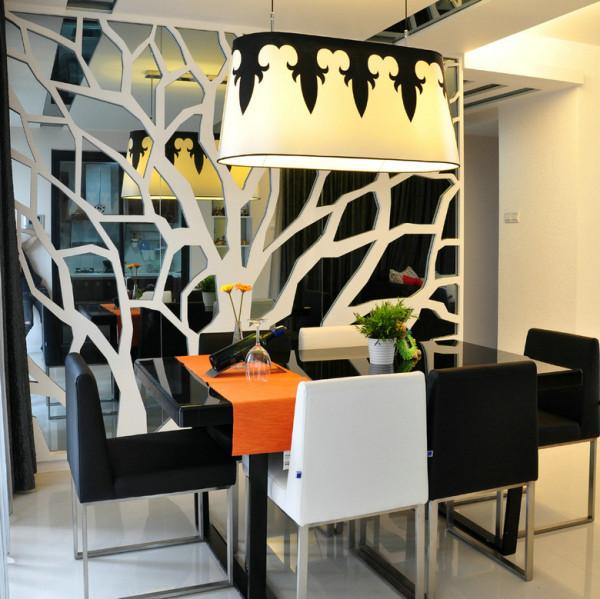 餐桌采用敞开式设计选用黑白色调黑白分明,墙竟上附上艺雕感觉不那么空野