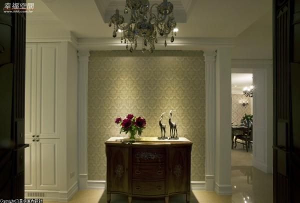 玄关主墙壁纸采用与餐厅主墙相近的色系及图腾,层递地带出空间关联性;以古典线板圈围向上挑高的天花板设计,配搭着华丽的水晶吊灯,展现时尚大器的美式宅邸风华。