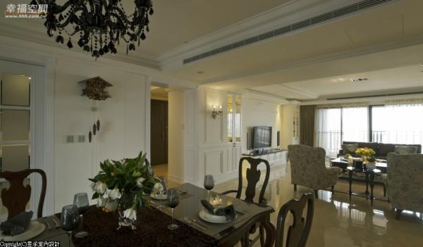 设计师利用原有的梁柱和空间结构,规划出层次不同的天花板造形,并以古典造形拱门框、展示收纳柜和对称的英式壁板设计,技巧地界定出玄关、客厅与餐厅的空间属性,不同的线条造形,让公共空间墙面更具层次与变化。