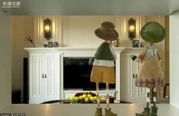以美式设计语汇中,在心灵上最具有温暖感,能凝聚视觉焦点的壁炉为电视主墙,搭配两盏具城堡意味的壁灯,让客厅的视觉主墙面,在开灯之后更显精彩。
