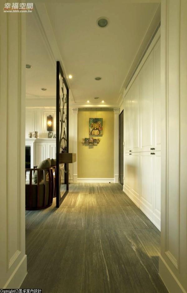 开放设计的玄关,以黑铁件树型屏风,自然地成为客厅玄关间的分野;深度较深的鞋柜采拉层板设计,踢脚板置于门片上的落地型收纳柜,让收纳更具便利性。