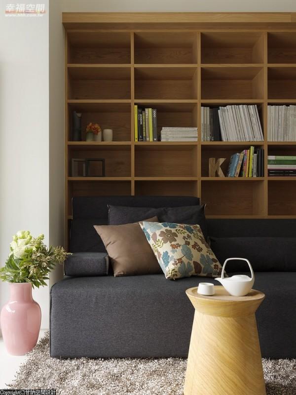 客厅后方的大书柜让屋主完整收纳丰富藏书,也作为客厅设计的主景。