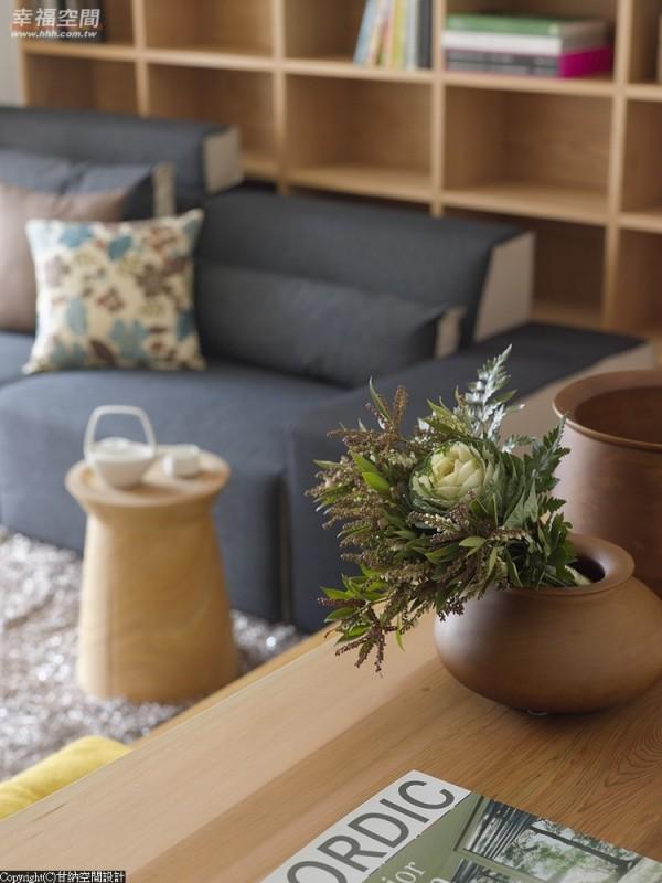 简约的家俱配置里,设计师特别挑选线条粗犷的茶几画龙点睛出品味独具的现代禅。