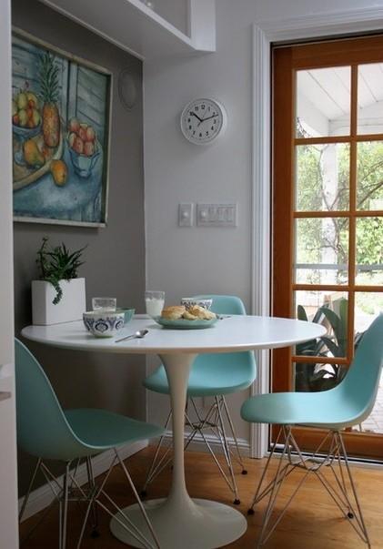 墙上的壁画跟餐厅相互呼应,简单的小餐桌非常适合3口之家。