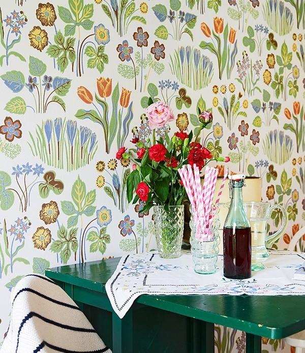 鲜花图案得得壁纸让餐厅有了些大自然的气息