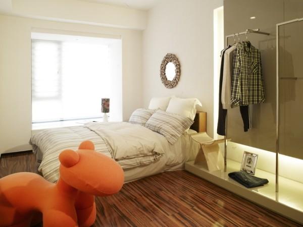 铁艺的挂杆取代了传统的衣柜又省钱又新颖