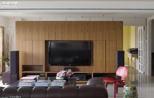 电视主墙-在白色基底里,设计师林仕杰以木色跳出彩度,温暖着视觉温度。