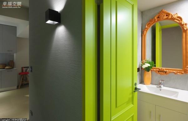 青苹果色门扉搭以亮橘色雕花镜框,在灰色调客卫浴中,极具实验创新的后现代精神。