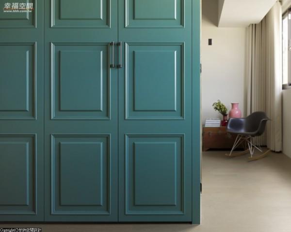 大型衣柜上雕饰线板线条,在复古语汇中特调饱和蓝绿色,冲击出绝美空间亮点。