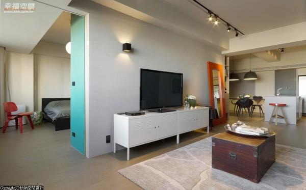 双动线-结构柱体位在空间中央难以规划,甘纳设计遂利用柱体深度规划电视墙,并以此作为双动县轴心,形塑开阔放大的空间意象。