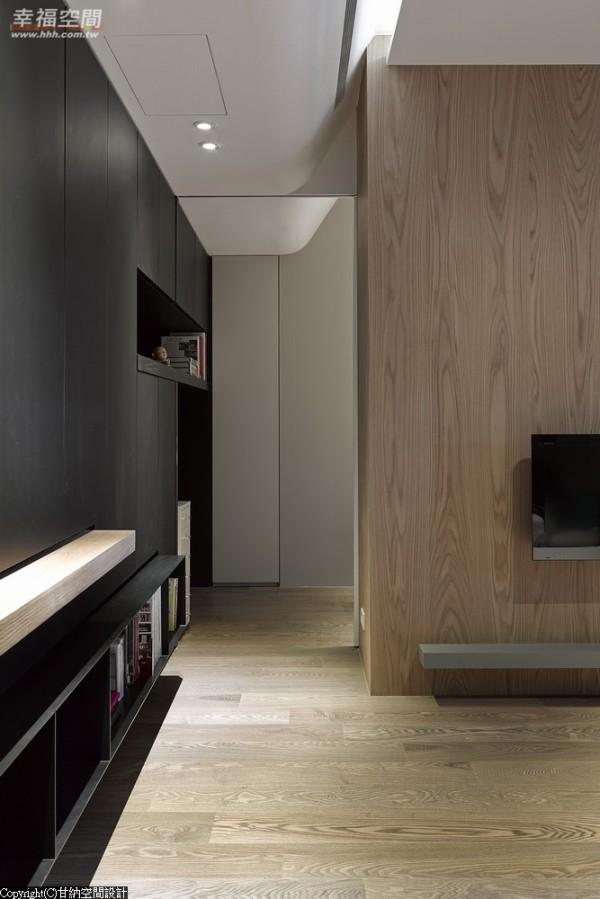 色系选择-大型的柜体在浅木色空间中以深色收缩,并藉由柜体的造型变化去化沈滞感