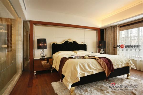 主卧有卫生间、单独的衣帽间,主卫为半透明设计,结合主卧的软装配饰,非常时尚高端。