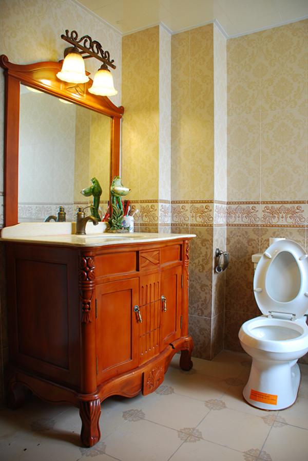 卫生间墙壁都是选用的大花砖,每一个细节都能品味到美式乡村风,原木色的洗漱柜,爽朗干净。