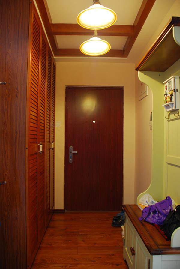原木色的地板、衣柜,还有造型顶,在一进屋就给与了自然风的享受。吊顶采用了矩形木线条,配上两个圆形灯,很有意境。
