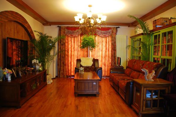 客厅电视背景墙采用拱型的设计丰富了空间,自然大气的实木顶梁、温馨舒适的整体色调体现了主人在追求复古、典雅的同时,还流露出对自然的向往,一种恬淡、洒脱的生活方式。