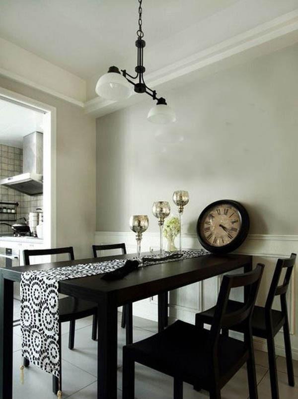 餐桌华美的布艺装饰也是田园风装饰必备的单品,设计师选择黑白花纹与黑白主色调一致,花纹简单,色调不突兀。通过吊顶的方式实现功能区划分。