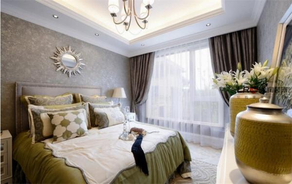 卧室里因为客户喜欢浅色调,做了方形吊顶,以及墙纸点缀,整体感觉温暖,低调奢华。