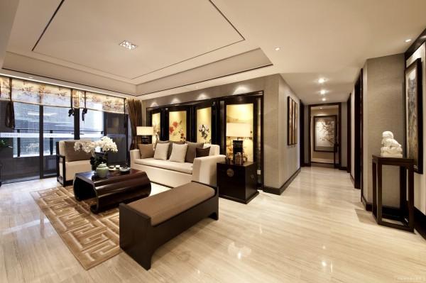 进入居室内部的空间广大又单纯。空间大方,色彩协调。米黄色的实木地板地、纯白色的墙壁、白色的天花和咖啡色的窗帘,简单的色调,干净又利落。夹杂沙发的浅黄色,地毯的灰色