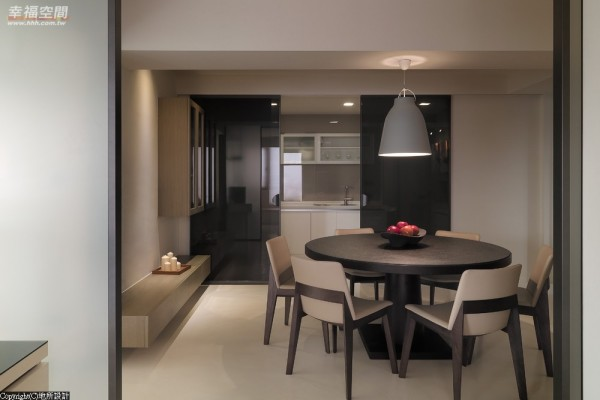 可完全开放式的厨房,夹以卷帘的玻璃拉门,透光中维持了隐私感。