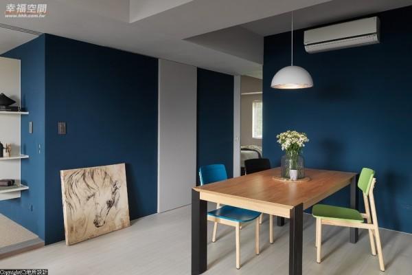 开放式的餐厅满足机能上的需求,简约经典的家具选择,也兼具视觉美感。