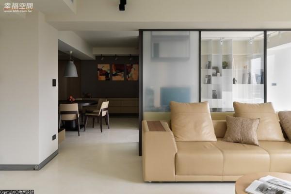 低台度的对称式餐柜,深色妆点让空间有了跳色般的自然感。