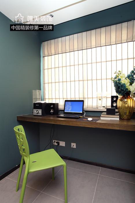 工作区域:餐厅的后面临窗处,置放一块厚实的隔板,就是工作台了,合理利用空间,减少浪费,视野也很开阔,光线明亮。