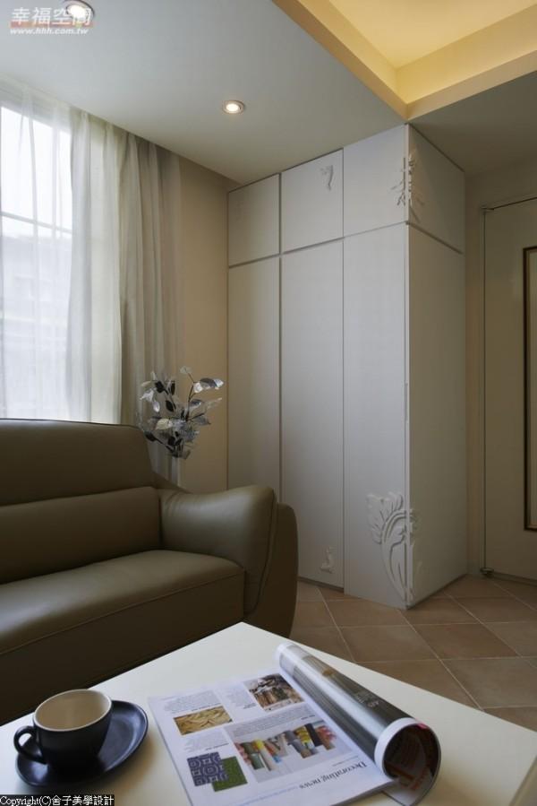入门旁雕花板的立体图腾,净白色变化着柜体门片。